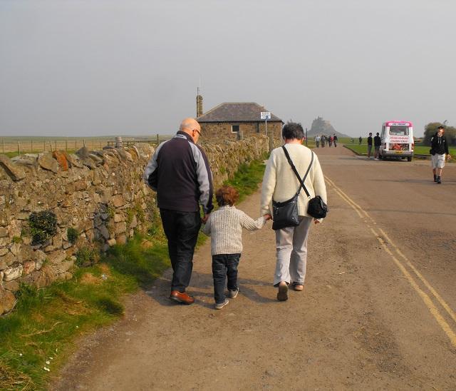 08 Lindisafarne walk to castle