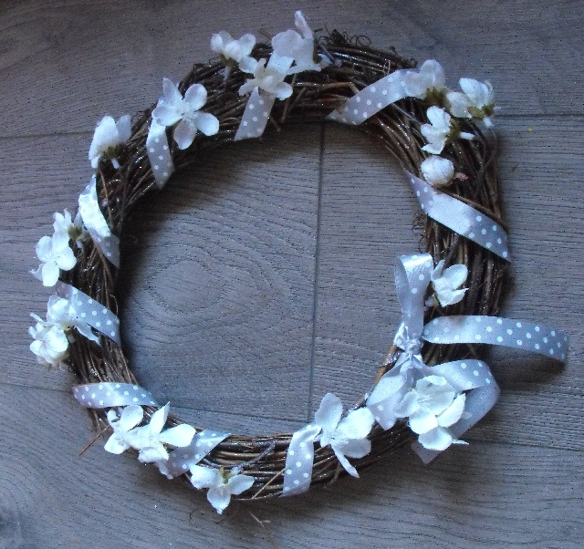 09. Twiggy wreath added ribbon